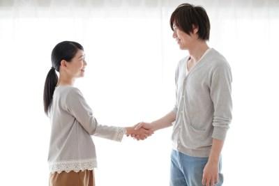 握手をして挨拶をする仲良し夫婦