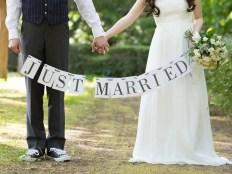 結婚式、豊かな森に囲まれた二人