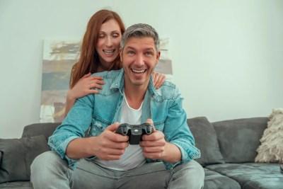 ゲームをしている彼を応援する彼女