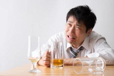 ビールを飲みながら愚痴をいう男