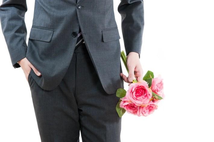 デートに女性を誘う男性