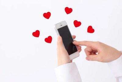 メール・LINEと恋愛心理を表すイメージ