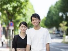 笑顔の男性と女性