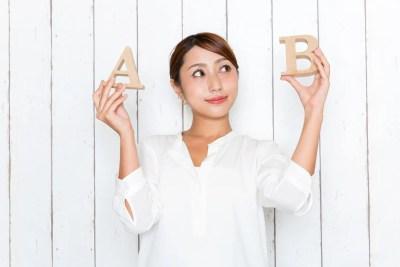 AとBを比較する女性