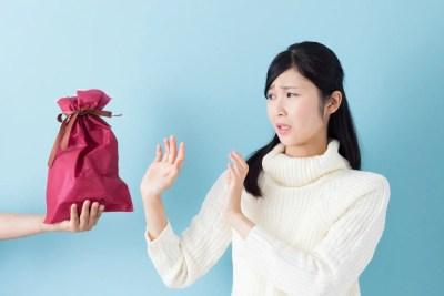プレゼントを貰うのを断る女性