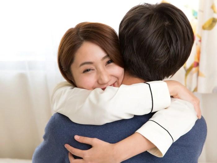 抱き合う男女 男性に心を許している女性