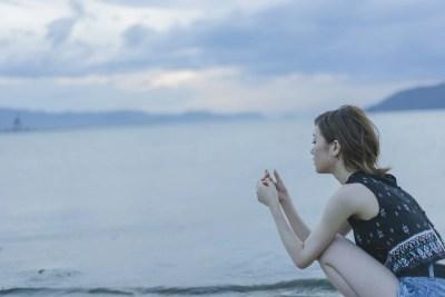失恋を忘れるために海に来た女性