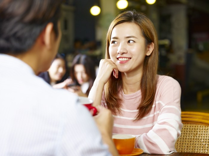 デート中に彼女が喜ぶ質問をする男性