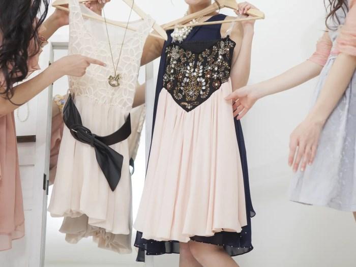 飲み会での服装を選ぶ女性たち