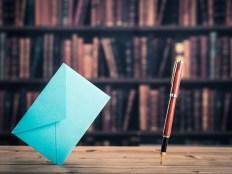 ペンと封筒 手紙を書くイメージ