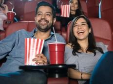 映画デートを楽しむ男女
