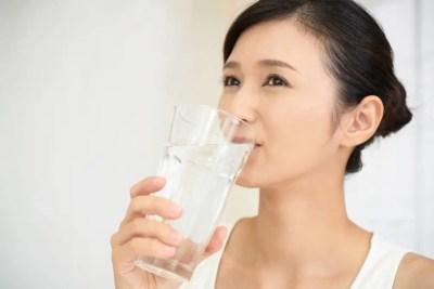 水を飲む綺麗な女性