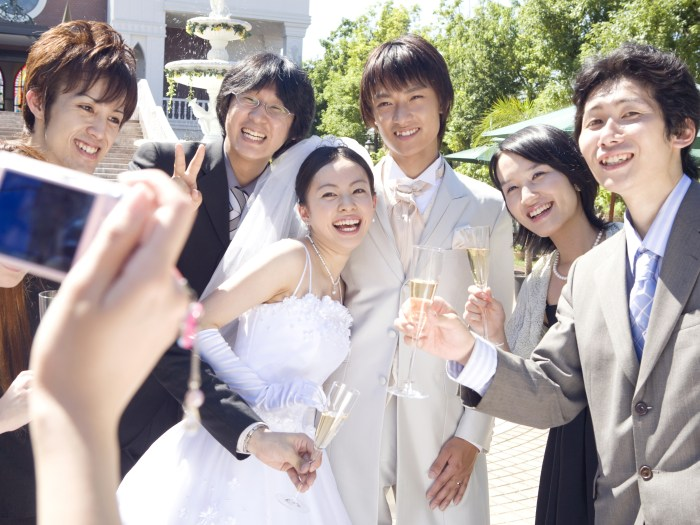 大学生からのカップルの幸せな結婚式