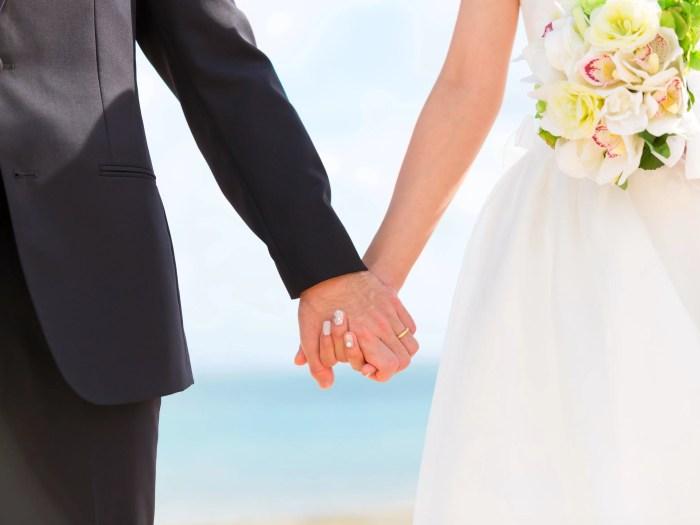 結婚式の二人の手