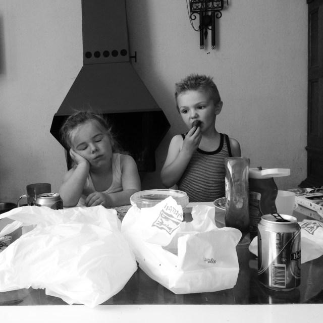 De vriendjes eten frietjes, hoewel Eva liever zou slapen