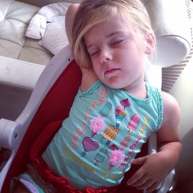 Maar het was weer vermoeien... Ze sliep dan ook zo in Liza's kinderstoel.