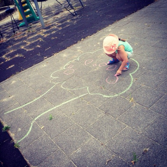 We gingen die middag nog wel even naar de speeltuin. Even spelen en stoepkrijten met Percy en Sylke. Hier maakte Eva de appels aan de boom. Leuk toch.