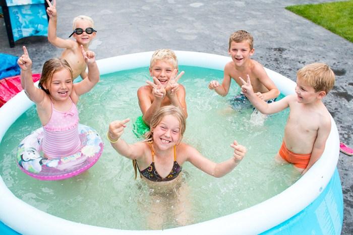 En natuurlijk, ook vandaag moest er weer gezwommen worden. Op deze toffe foto missen  alleen nog de oudste en de jongste!