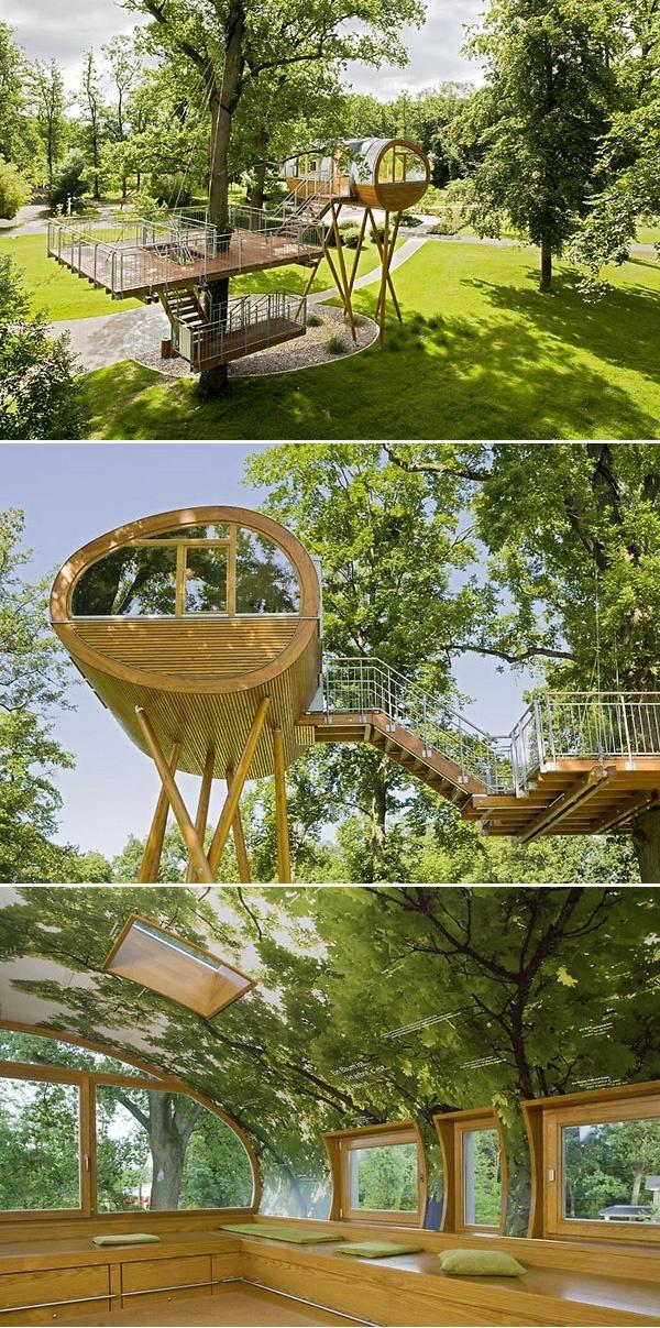 Lekker modern! Kijk vooral ook naar de poten van het 'huis'. Het lijken wel spinnenpoten! |Treehouse by Baumraum / World of Living, a showspace/amusement park for sustainable housing in Rheinau Baden-Linx, Germany.