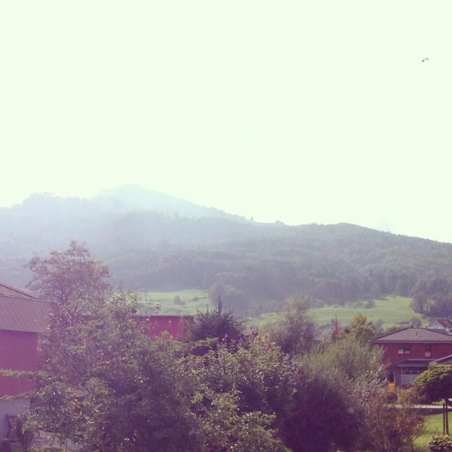 Ons uitzicht vanaf het balkon. Het topje van de berg laat zich niet zo heel vaak zien, maar het weer is best goed zo in het Rijndal.