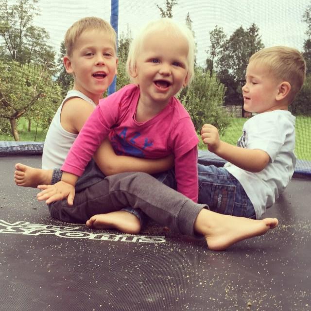 Maandagmiddag speelt ze ze lekker met de buurjongens op de trampoline