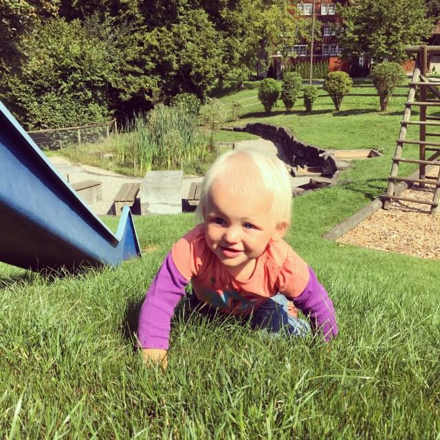 Na het spelen op de koffie-ochtend, moesten we nog een half uurtje wachten op Eva. In de speeltuin ging dat prima!