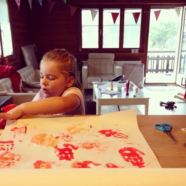 Terwijl Floris allemaal zaken aan het regelen was, maakte Eva even wat productie. 4 grote tekeningen vol met haar handen!