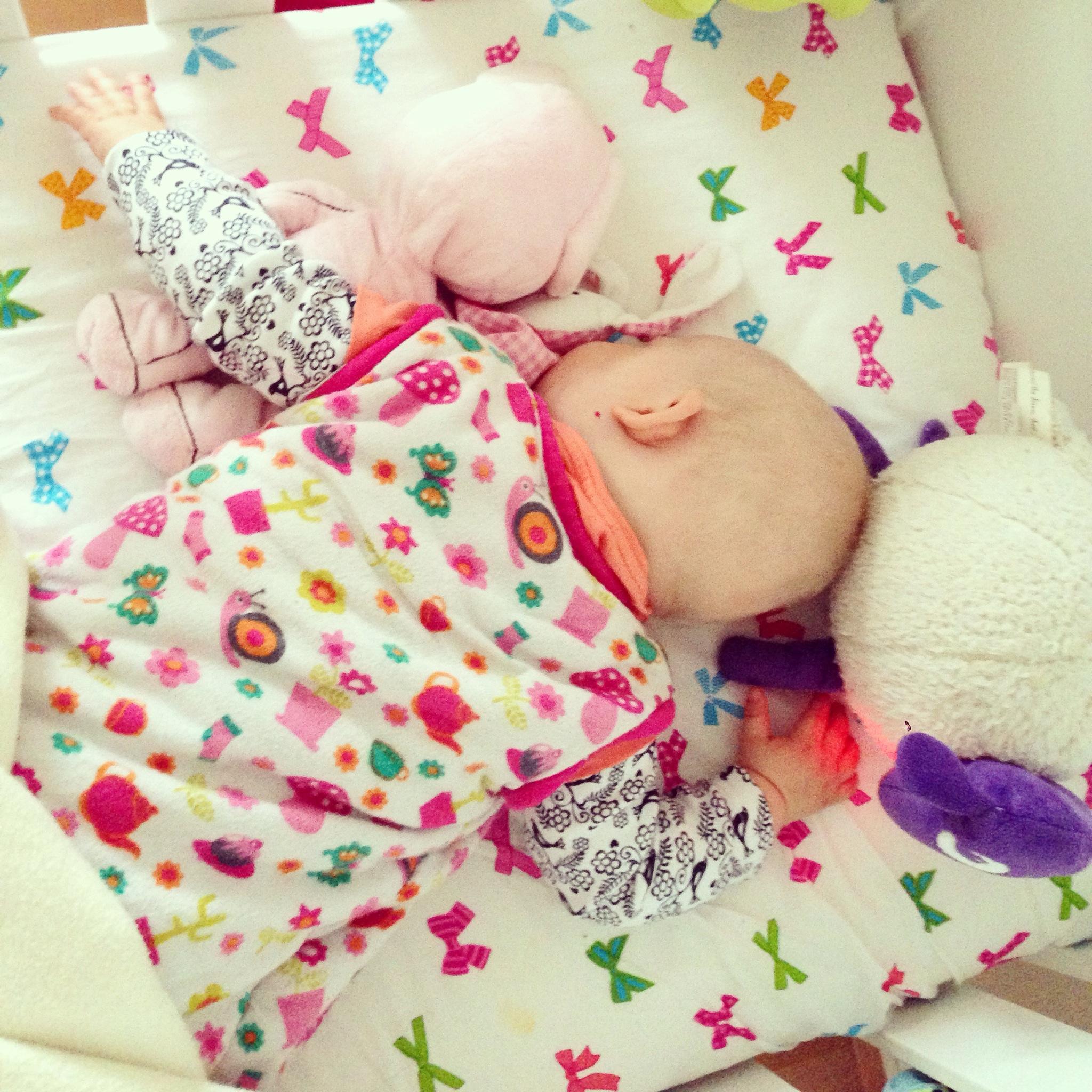 Ook het op haar buik slapen heeft Liza deze week ontdekt. Niet mijn ding overigens..