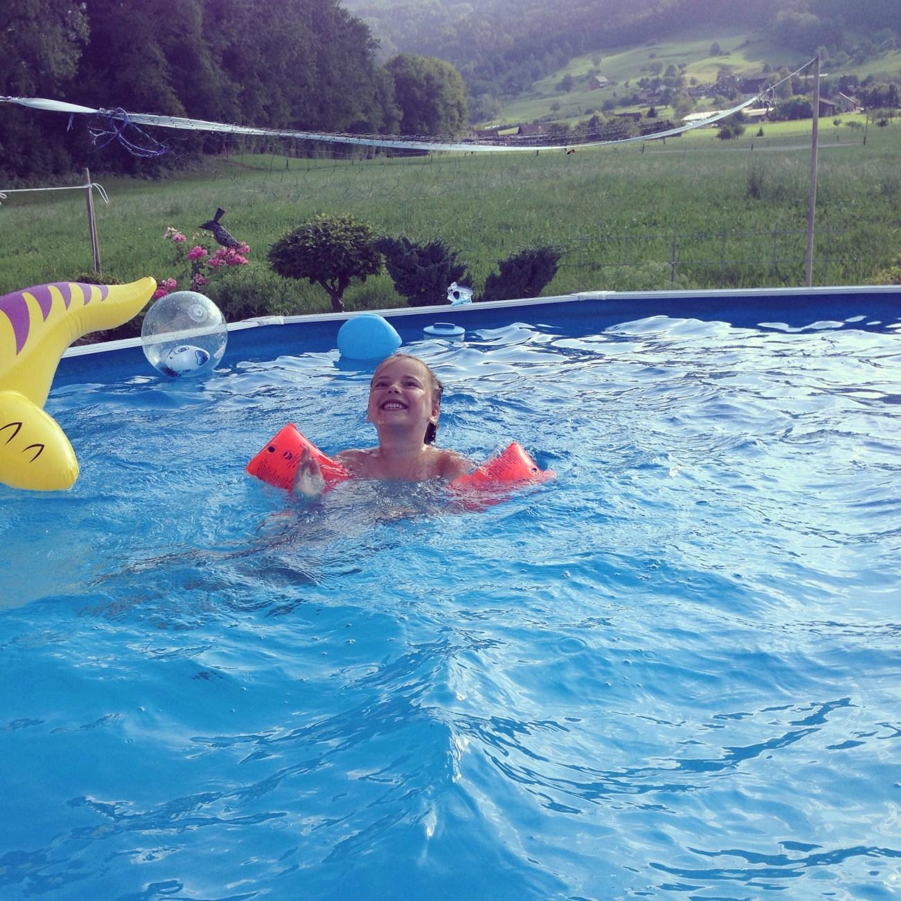 Aan het eind van de middag gaan we nog even naar een verjaardag van een buurvrouw. Eentje met een groot en diep zwembad en een fantastisch uitzicht!