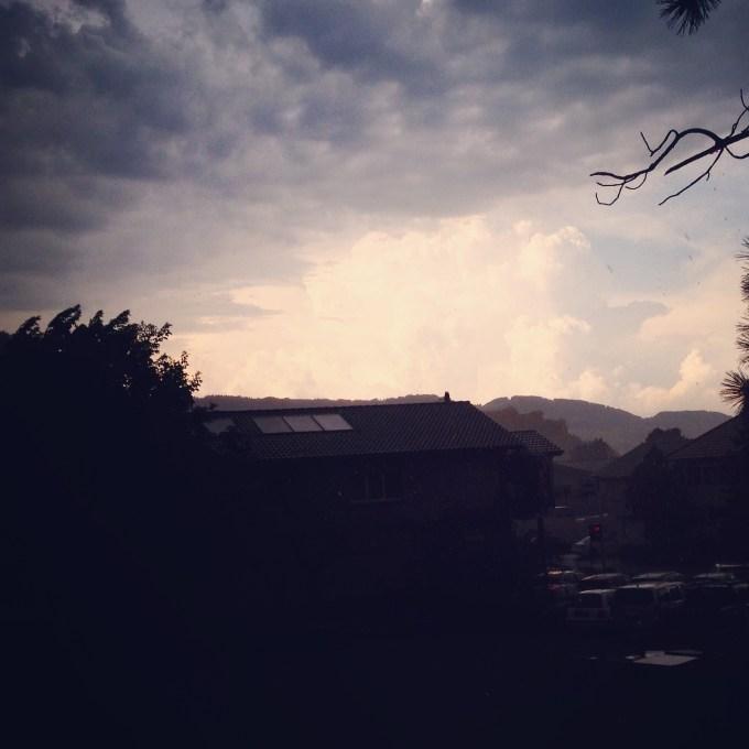 En daar verdwijnt de zon en komt de onweerslucht. Veel regen gaf het niet. Wel enkele fikse donderslagen.