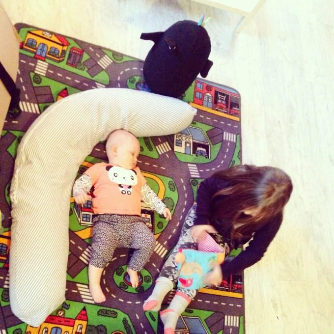 Vrijdag begon lekker rustig met spelen op het speelkleed en Eva bakte weer het een en ander met klei.