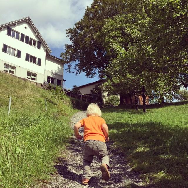 Daarna lopen we Eva tegemoet. Liza loopt even alleen de berg op. Dat doet ze even :)
