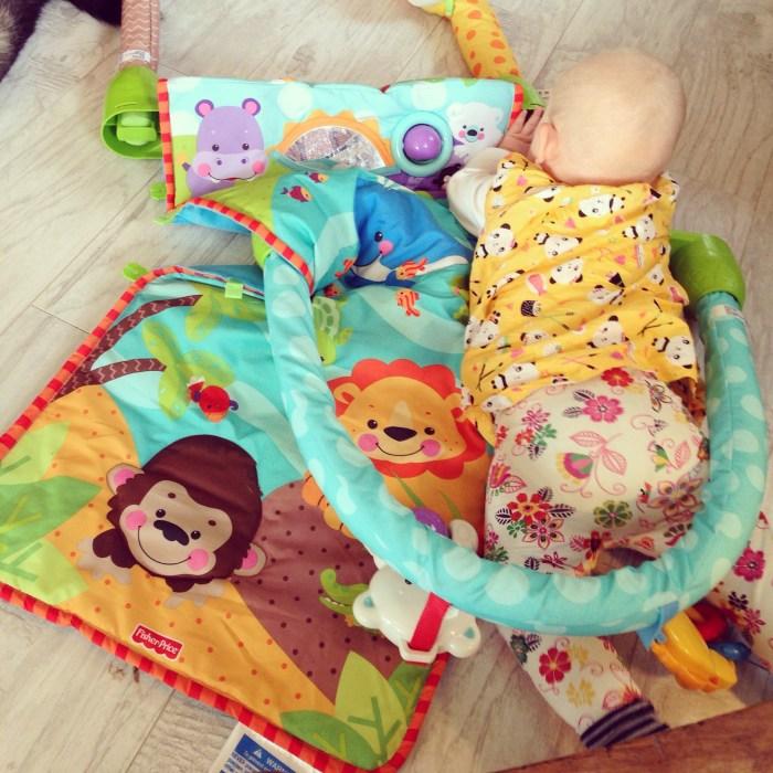 Ik ontdekte in een doos een ander speelkleed en zette Liza daarop ze sloopte het gelijk :))