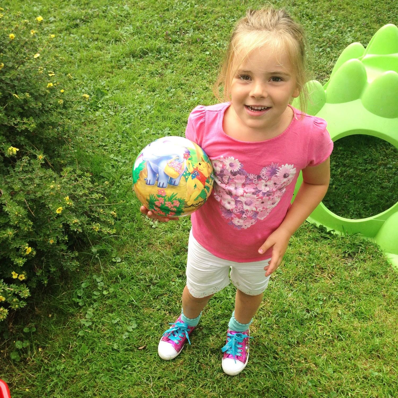 Op dinsdag werd er lekker in de tuin gespeeld. Check Eva's nieuwe schoenen!