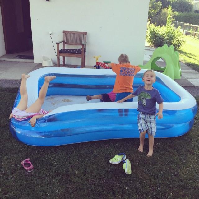 En even gek doen in een leeggelopen zwembad....