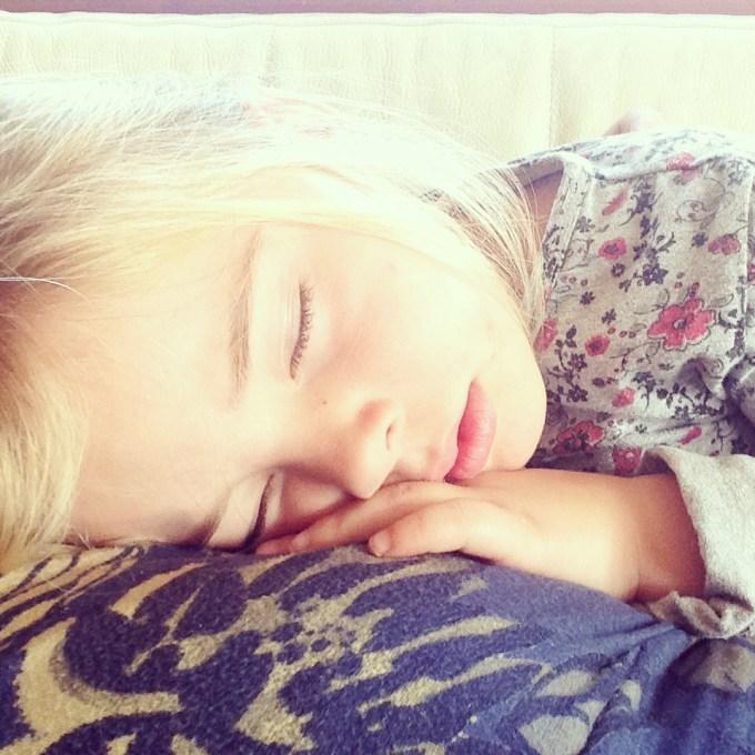 Na een ochtend buitenspelen, ging ze bij mij Frozen kijken. Eva viel in slaap en net toen ik mijn ogen dicht wilde doen... Juist, werd liza wer wakker ><