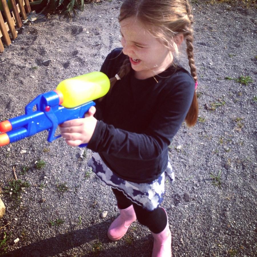 Het is mooi weer donderdag en de kids spelen de hele dag buiten, zelfs met waterpistooltjes