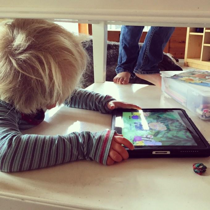 Als ik niet wil dat Eva op MIJN iPad kijkt, dan vertsop ik mezelf toch onder de glazen tafel? Slimme Liza :)