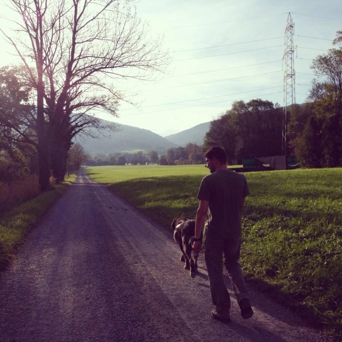 Omdat het wandelen ons wel beviel, gingen we zondagmiddag een ander rondje lopen. Eva bleef bij de buurkinderen in de speeltuin... Die zag de bui alweer hangen dat ze moest lopen (veel berg-op hier)