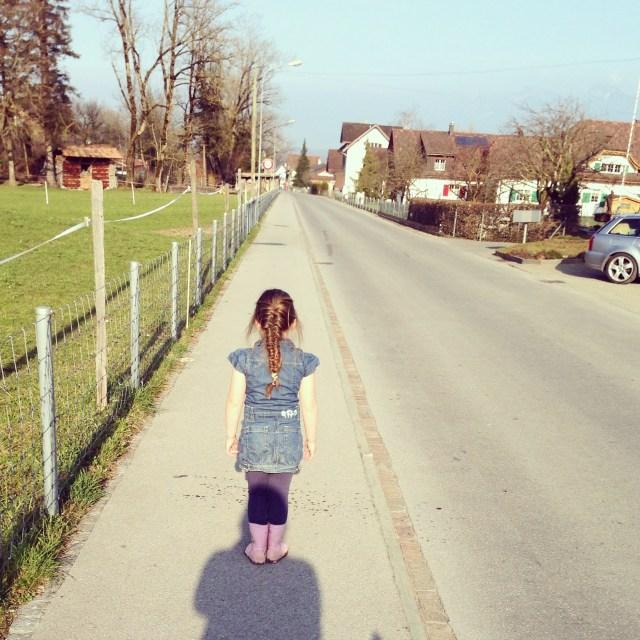 En we wandelden nog een rondje. Eva vond het leuk om op mijn hoofd te staan. :)