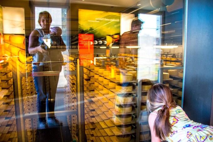 Daarna bezochten we de kaasmakerij en zagen niks boeiends. Echt we missen nog een groot deel van wat we hier kunnen doen. Ik maakte dan wel weer deze onverwachte familiefoto!
