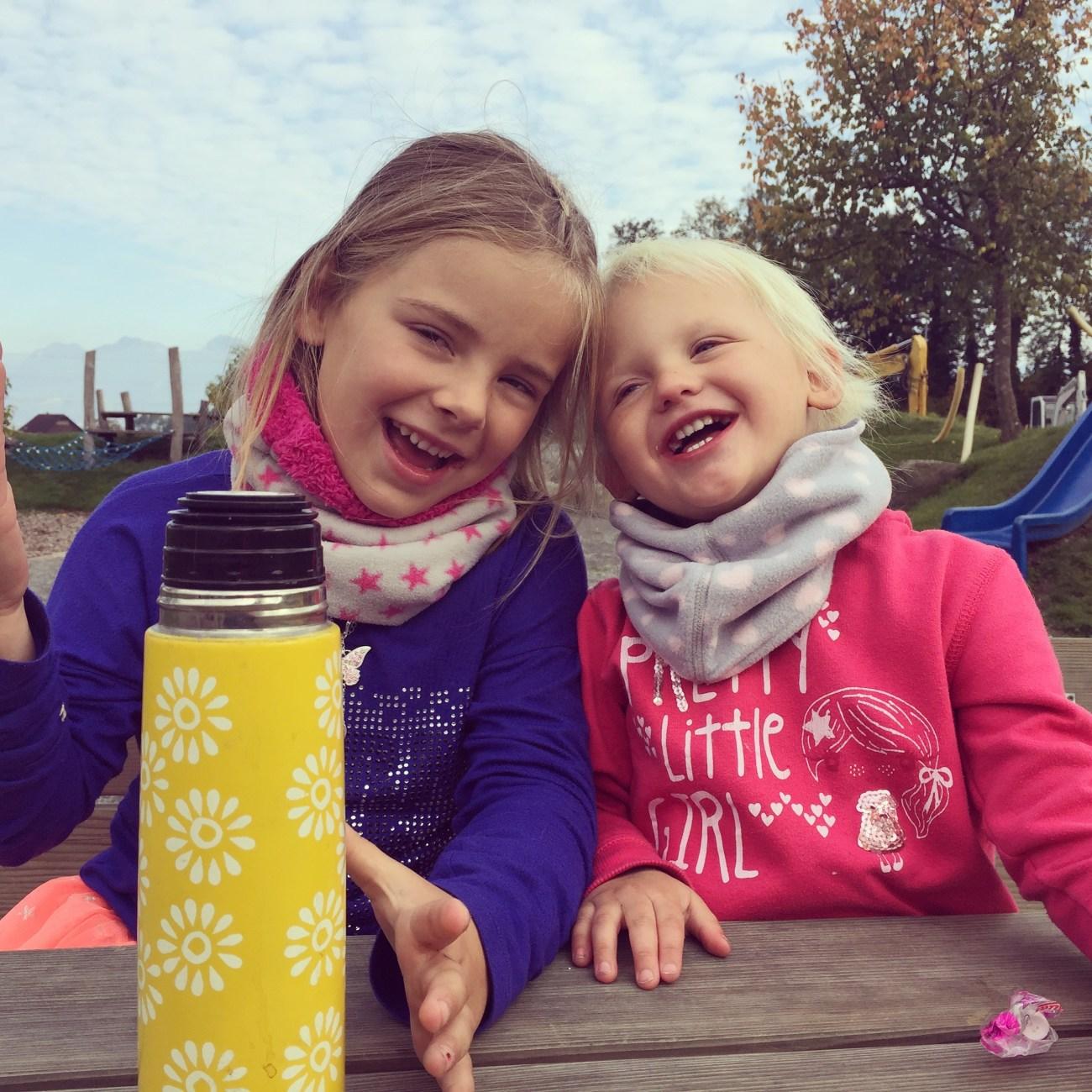 Mijn meisjes met hun kleine oogjes van verdriet. Zaterdag zocht ik overal afleiding, dus gingen we naar de speeltuin.