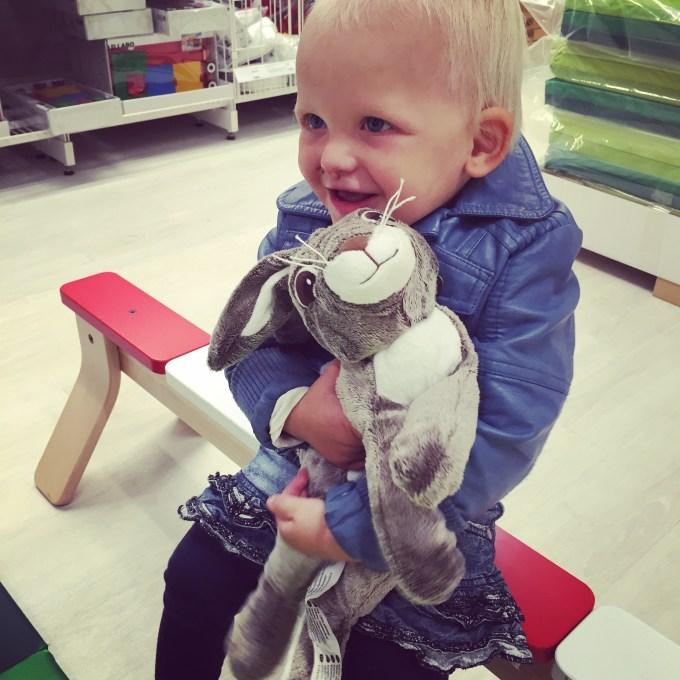 's Middags gaan we naar de Ikea en natuurlijk ging dit konijn mee naar huis