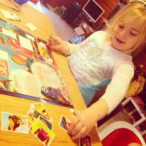 Donderdag zat Prinses Elsa aan tafel. Eva had een prinsessenfeestje van haar vriendinnetje die vier werd.  Dat feestje begon om 10 uur, onze dag begon al om 6 uur. We hadden dus heel wat tijd te overbruggen. Bij de supermarkt (en tankstation) krijg je bij iedere 10 franken aan boodschappen stickers voor in een disney-receptenboek. Net als dat we vroeger die Panini-boeken hadden.