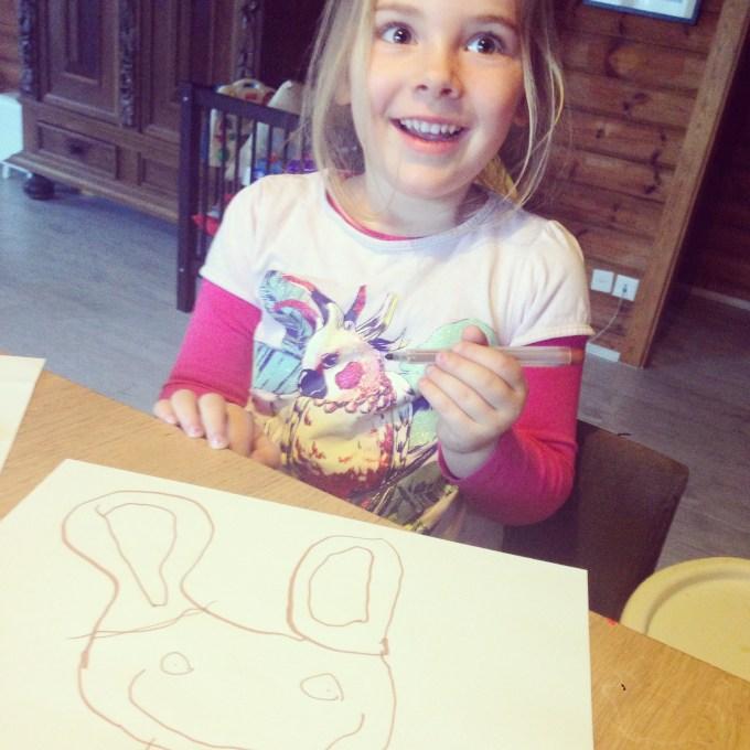 Zo uit de losse pols tekende Eva zaterdag een paashaas. Ik was zo trots op mijn meisje! En zij ook op zichzelf :)
