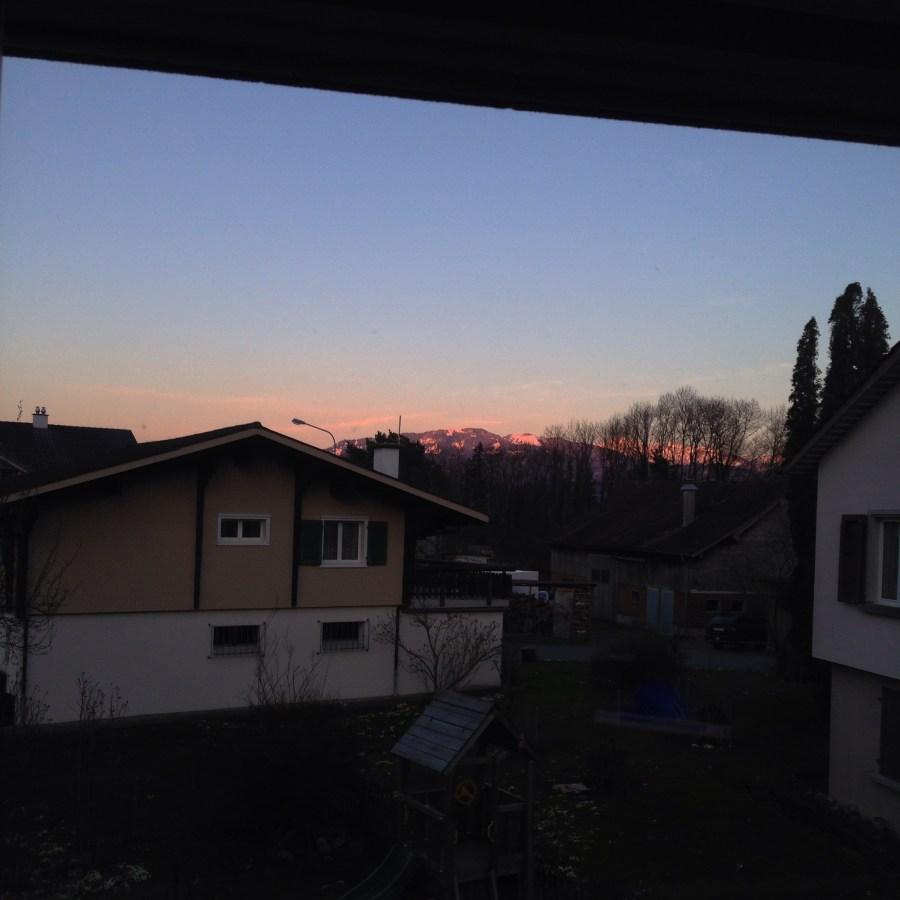 En bijna iedere avond word ik betoverd door dit uitzicht. De laatste zonnestralen die op de bergen schijnen. Ik vind het zo mooi!!!!!!!! <3