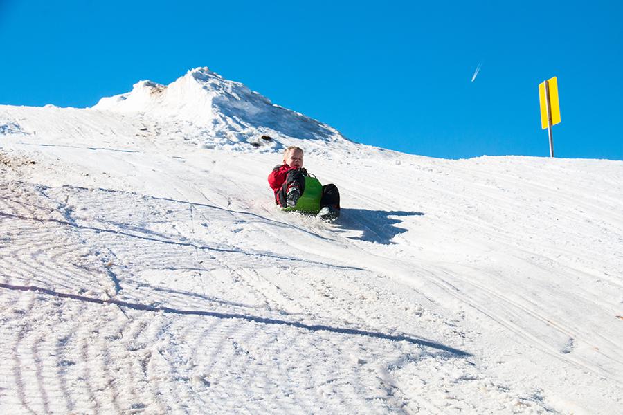 Hoe cool is het om zo van de berg te sleeën