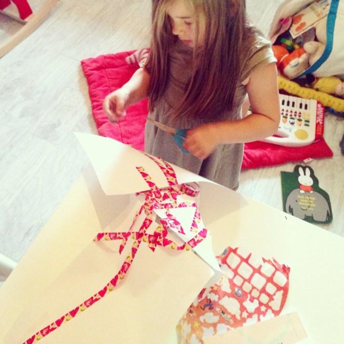 Eva besloot dat ze een cadeautje voor Floris ging inpakken en dat deed ze zo. Wat er in dat pakje zat? Een blik magneetverf