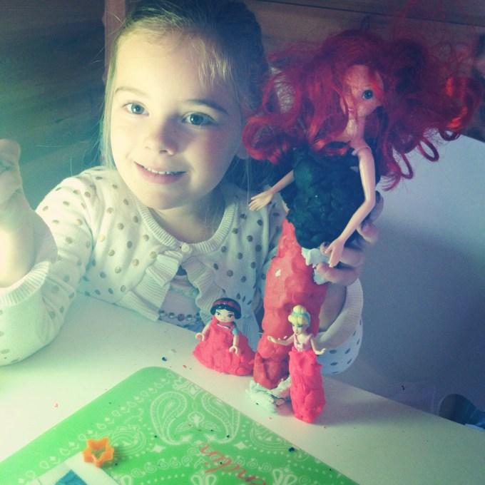 Dinsdag besloot Eva dat alle prinsessen een nieuwe jurk aan moesten. Best creatief toch?