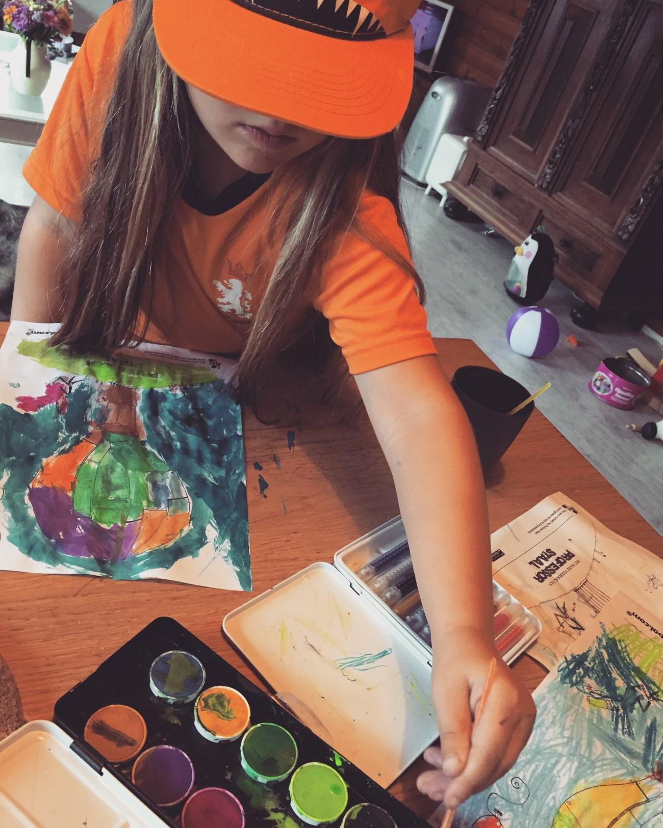 Eva tekent de kleurplaten van Professor Staal en is er heilig van overtuigd dat ze het boek gaat winnen!